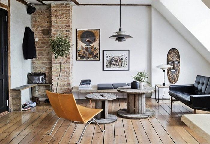 Гостиная в скандинавском стиле с элементами Лофта, светлые стены с кирпичными колоннами, необычная контрастная мебель
