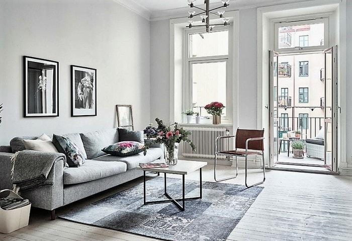 Светлая комната в скандинавском стиле, геометричный ковёр на полу, на окнах традиционно нет штор