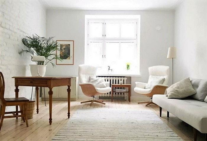 Теплая комната в скандинавском стиле, деревянная мебель, удобные кресла, бледно-зелёный мягкий диван