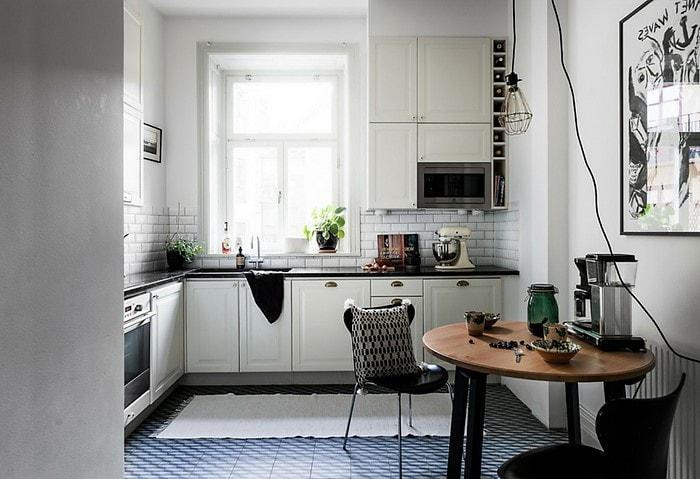 Кухня в светлом скандинавском стиле с синей плиткой на полу