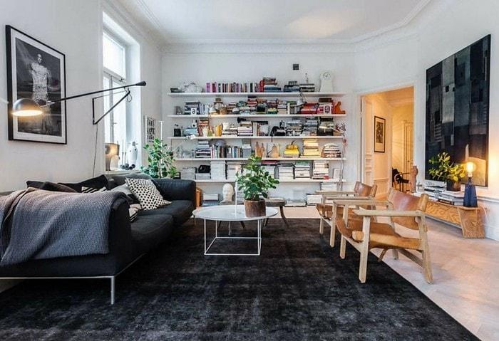 Обилие декора в Скандинавском стиле – нормальное явление, а ещё один тренд – небольшие кожаные элементы в мебели
