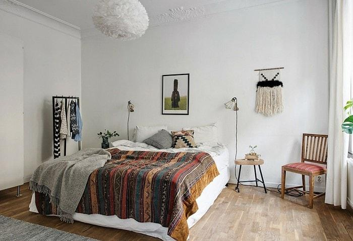 Спальня в скандинавском стиле с винтажным стулом и пледом