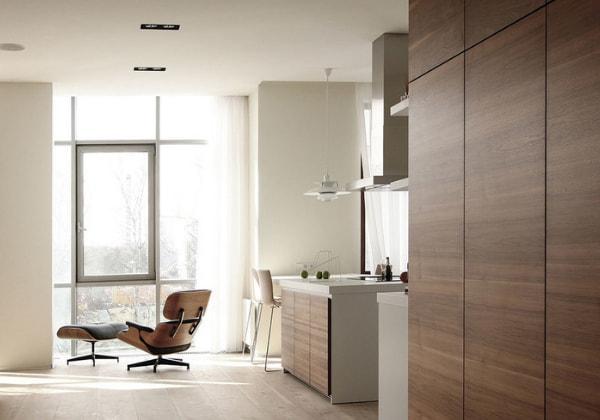 Классический стиль минимализм, тёплые цвета, фактурные поверхности шкафов, большие окна пропускают много естественного света