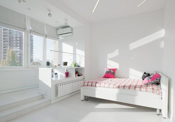 Белая детская для девочки в стиле минимализм, комната объединена с лоджией, что даёт дополнительное пространство и больше естественного солнечного света