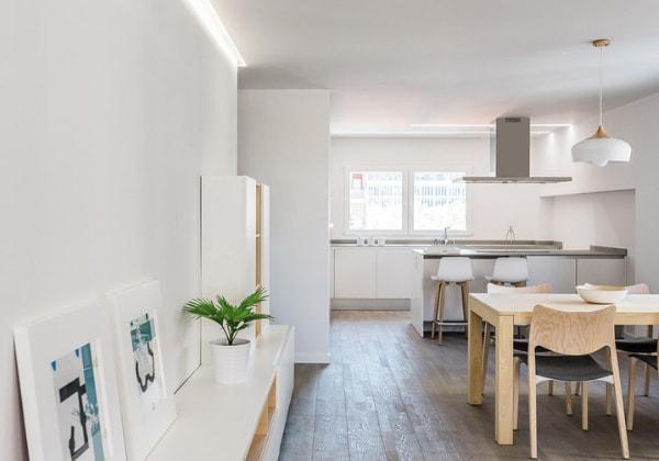 Светлая кухня в каноничном минимализме, отличная игра деревянными фактурами разных тонов