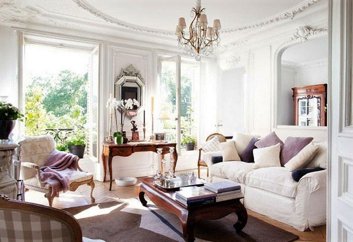Светлый ремонт гостиной в стиле Прованс, большие окна, отсутствие занавесок, светлая мягкая мебель контрастирует со столами из тёмного дерева