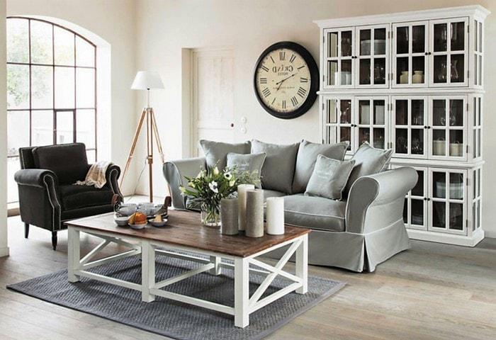 Сдержанный ремонт гостиной в стиле Прованс, винтажный шкафчик, состаренный деревянный стол, контрастная мебель