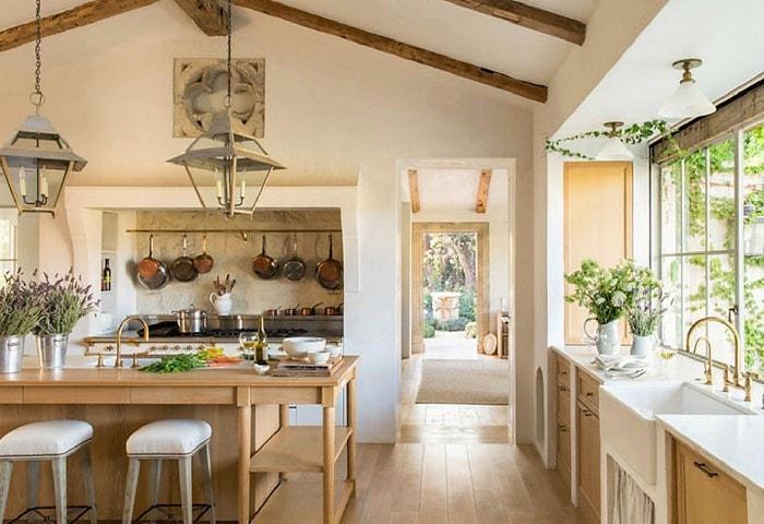 Светлый ремонт кухни в стиле Прованс с обилием дерева