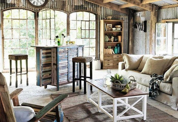 Ремонт гостиной на чердаке в стиле Прованс, деревянные стены и деревянная мебель состарены