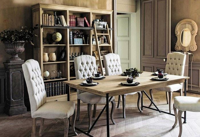 Столовая в стиле Прованс, обилие дерева, эффект потёртости на стенах