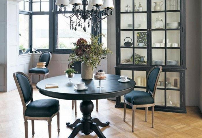 Ремонт комнаты в стиле Прованс, светлые стены в сочетании со строгой винтажной мебелью тёмно-синего цвета