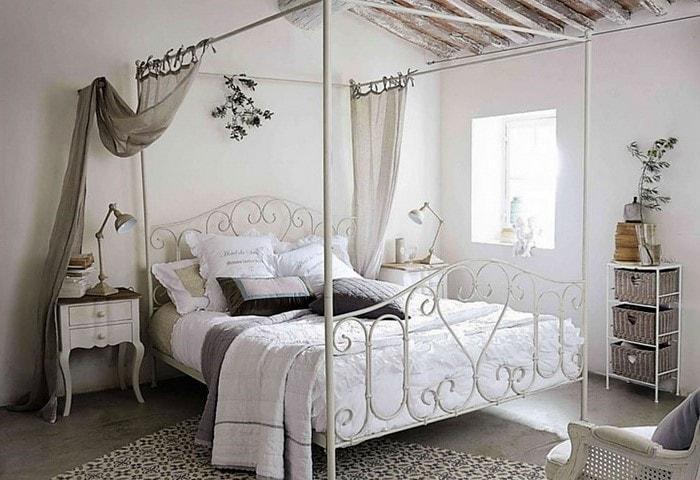 Лёгкий дизайн спальни в стиле Прованс, светлое оформление, элегантные кованые элементы кровати надёжные, но не загромождают пространство