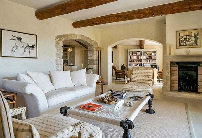 Ремонт гостиной в стиле Прованс, тёплые цвета, крашеные стены, деревянные балки на потолке