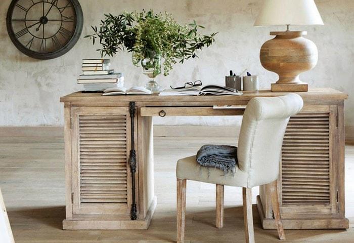 Декоративная штукатурка с намеренными неровностями и изъянами на стенах, состаренный деревянный стол