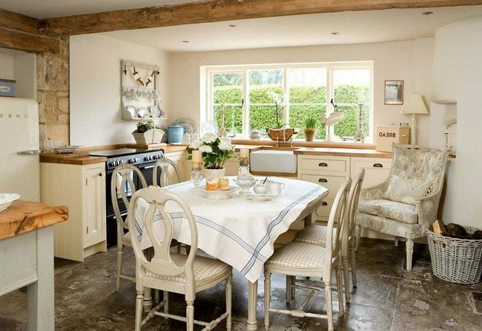 Ремонт кухни в стиле Прованс, большая плитка на полу, характерные балки на потолке, вся техника либо скрыта, либо не выбивается из общего стиля помещения