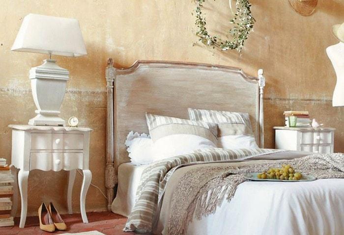 Светлый ремонт спальни в стиле Прованс, персиковые стены с потёртостями, винтажная мебель