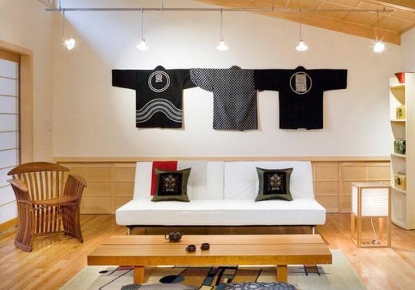Гостиная в Японском стиле, минималистичная мебель, многоуровневое освещение, традиционные японские одежды в качестве декора