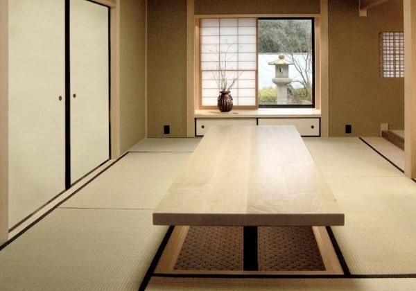 Столовая в Японском стиле, длинный деревянный стол, вокруг которого также уложены татами