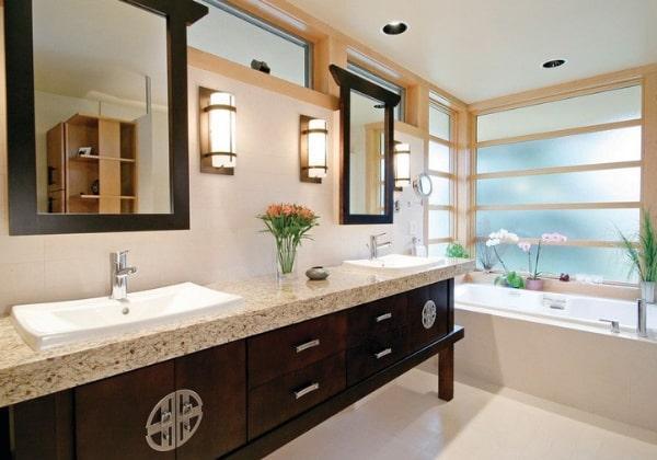 Светлая ванная в Японском стиле, акценты расставлены тёмным деревом и обилием живых цветом