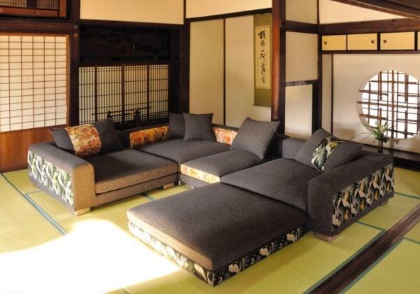 Гостиная в Японском стиле с просторным мягким диваном