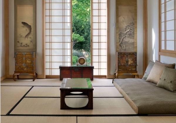 Аскетичная комната в Японском стиле, традиционно вместо кровати используется матрас на полу, сам пол также оформлен татами