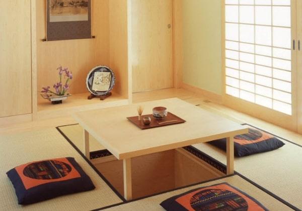 Чайные столики в Японии часто оформляются выдвижными прямо из пола, а вокруг оформляются татами и удобными подушками, как на фото