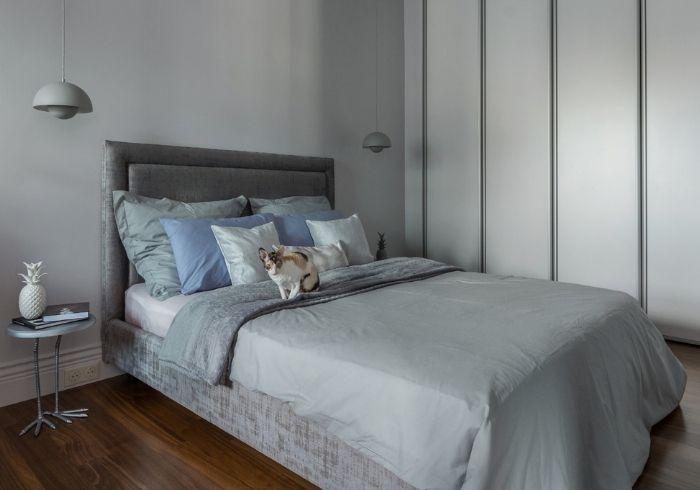 Серая спальня с шифоньером во всю стену