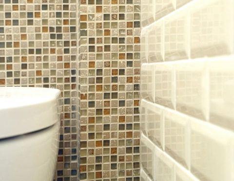 Сочетание разной настенной плитки в туалете