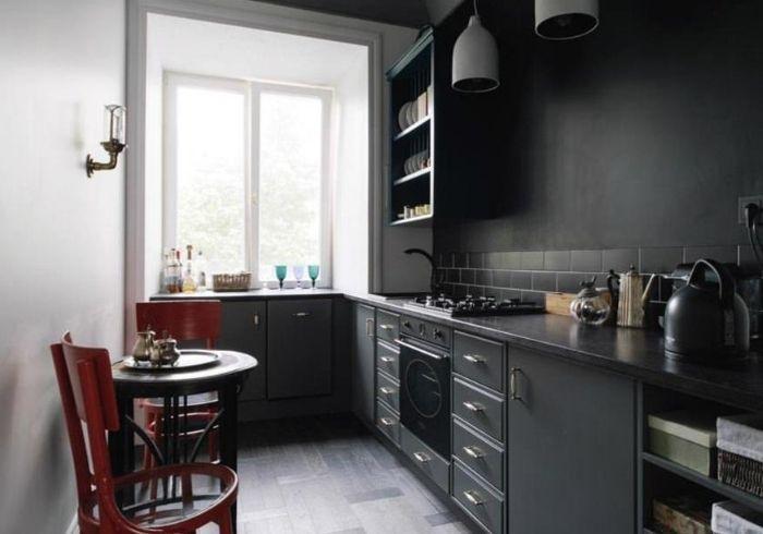 Ремонт темной кухни с контрастной светлой стеной