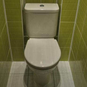 Установка нового унитаза в туалете