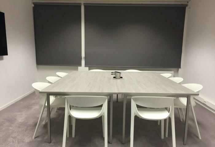 Зал для переговоров в современном стиле в серых цветах